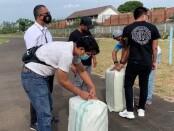 Satuan Reserse Narkoba Polres Metro Tangerang Kota berhasil menggagalkan penyelundupan dan pengiriman narkotika jenis ganja seberat 64 kilogram - foto: Bob/Koranjuri.com