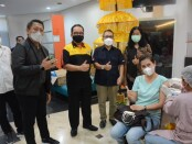 Wagub Bali Tjokorda Oka Artha Ardhana Sukawati melakukan pemantauan vaksinasi terhadap 1.100 pegawai Perbankan se-Kota Denpasar di areal Bank  BNI Kanwil 08 Denpasar, Sabtu, 8 Mei 2021 - foto: Istimewa