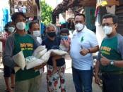 Keterangan gambar : Ketua LSM LAPAAN RI menyerahkan zakat beras kepada warga kurang mampu /Foto: Koranjuri