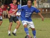 Pemain anyar PSMS Medan I Gede Sukadana (biru) perkuat Mitra Devata saat bersua Klungkung City FC - foto: Yan Daulaka