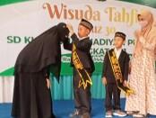 Prosesi Wisuda Tahfidz Juz 30 Angkatan I SD KUB Muhammadiyah Purworejo, Nanda Faeza Azka dan Muhammad Ischsan Ardan Ma'arif, Senin (10/05/2021) - foto: Sujono/Koranjuri.com