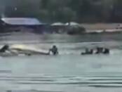 Detik-detik terbaliknya perahu penyeberangan ke Warung apung di Waduk Kedungombo, Desa wonoharjo, Kecamatan Kemusu - foto: Istimewa