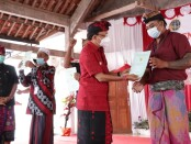 Gubernur Bali Wayan Koster menyerahkan sertifikat kepada warga Desa Sumberklampok Buleleng, Selasa, 18 Mei 2021 - foto: Istimewa
