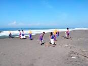 Kader Adiwiyata dan Tim 7K SMPN 15 Purworejo, saat bersih-bersih Pantai Jatimalang, Sabtu (22/05/2021) pagi - foto: Sujono/Koranjuri.com