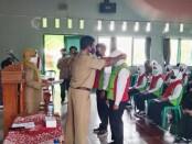 Kepala SMKN 7 Purworejo Agus Triyana, SPd, saat menyematkan tanda peserta, pada pembukaan Diklat 3 in 1 Operator Garmen on - Site, yang diselenggarakan oleh Balai Diklat Industri (BDI) Surabaya, Senin (24/05/2021) - foto: Sujono/Koranjuri.com