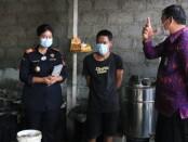 Pergub No 1 Tahun 2020 tentang Tata Kelola Minuman Fermentasi dan/atau Destilasi Khas Bali berupaya untuk mengatur produksi minuman khas Bali (Arak, Brem dan Wine Salak) kepada pengrajin arak Bali di Karangasem, Bali - foto: Istimewa