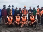 Anggota team SAR  Cintaldo SMK PN-PN2 Purworejo, berfoto bersama dalam pencarian korban laka laut di Pantai Jatimalang, Purwodadi, Selasa (25/05/2021) - foto: Sujono/Koranjuri.com