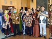 Kepala Dinperinaker Kabupaten Purworejo Gathot Suprapto, SH, berfoto bersama dengan peserta pelatihan keterampilan berbasis kompetensi dari kejuruan menjahit, usai Fashion Show, Kamis (27/05/2021) - foto: Istimewa