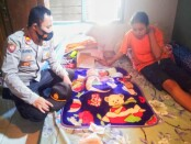Kapolsek Bayan Iptu Sarbini, SH, saat menjenguk bayi laki-laki yang sempat viral, di Desa Jrakah - foto: Sujono/Koranjuri.com