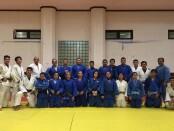 Usai latihan bersama, tim Pelatda Judo Jabar (biru) berpose dengan tim Pelatda Judo Bali (putih) - foto: Yan Daulaka