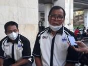Ketua Umum Pengprov PBVSI Bali, Nyoman Sukanada (kanan) - foto: Yan Daulaka
