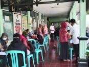 Para pencari kerja sedang mencari informasi lowongan kerja di kantor Dinperinaker Kabupaten Purworejo, Rabu (09/06/2021) - foto: Sujono/Koranjuri.com