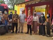 Kepala SMK Kesehatan Purworejo, Nuryadin, S.Sos M.Pd, bersama para alumni peserta Program Kerja Sambil Kuliah, sebelum keberangkatannya ke Semarang, Rabu (09/08/2021) siang - foto: Sujono/Koranjuri.com