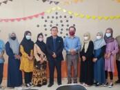 Para peserta Program Kerja ke Korea, berfoto bersama Kepala SMK Kesehatan Purworejo, Nuryadin, SSos, MPd, dan Direktur KLC Mugunghwa, Slamet, SPd, MPd. - foto: Sujono/Koranjuri.com