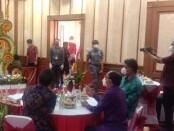 Pihak kontraktor dari PT Pembangunan Perumahan (PP) memperlihatkan kontrak kerja Pembangunan Penataan Kawasan Besakih yang telah diteken - foto: Istimewa
