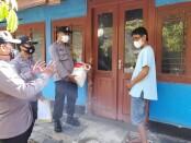Polres Purworejo berikan bantuan logistik bagi warga di Kecamatan Kaligesing dan Purworejo, yang tengah menjalani isoman, Minggu (11/07/2021) - foto: Sujono/Koranjuri.com
