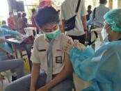 Vaksinasi untuk anak usia 12-17 tahun di SMA Negeri 4 Denpasar, Senin, 5 Juli 2021 - foto: Koranjuri.com