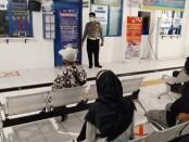 Baur SIM Satlantas Polres Purworejo, Aiptu Tukul Puji Puriyono, saat memantau ruang tunggu pelayanan SIM, Selasa (06/07/2021) - foto: Sujono/Koranjuri.com