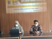 Kepala SMK Batik Purworejo, Yati Dwi Puspita Adi, S.Pd, saat membuka MPLS bagi siswa baru secara virtual, Senin (12/07/2021), didampingi Waka Kesiswaan Akhmad Mujahidin Tsani, S.Pd. - foto: Sujono/Koranjuri.com