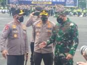 Kapolda Metro Jaya Irjen Fadil Imran bersama Kabidhumas PMJ Kombes Yusri Yunus dan Asop Kodam Jaya Kolonel Dodi saat apel pengamanan di Lapangan Presisi PMJ - foto: Istimewa