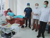 Sekda Provinsi Bali Dewa Made Indra bersama Kadis Kesehatan dr  Ketut Suarjaya memantau pelaksanaan donor plasma konvalesen di FK Unud, Rabu, 21 Juli 2021 - foto: Istimewa