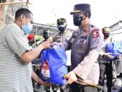 Kapolri dan Panglima TNI distribusikan bantuan kepada warga di pemukiman padat penduduk atau slum area di Sawah Besar, Jakarta Pusat - foto: Istimewa