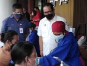 Wagub Bali Tjokorda Oka Artha Ardhana Sukawati memantau Vaksinasi Covid-19 Sektor Jasa Keuangan di Plaza Renon, Denpasar, Jumat, 23 Juli 2021 - foto: Koranjuri.com