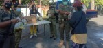 Personel Sat Pol PP dan Relawan Bagikan Ratusan Bungkus Lauk Pauk untuk Warga