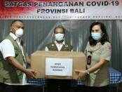 Kepala Pelaksana Badan Penanggulangan Bencana Daerah Provinsi Bali Made Rentin, saat menerima bantuan masker dari BNPB RI untuk Provinsi Bali, Rabu (28/7/2021) - foto: Istimewa