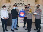 Kabag Ops Polres Purworejo Kompol Minarto secara simbolis menyerahkan paket sembako kepada Ketua PWI Purworejo Aris Himawan di ruang lobi setempat, Kamis (29/07/2021) - foto: Sujono/Koranjuri.com