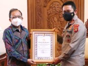 Kapolda Bali Irjen Pol I Putu Jayan Danu Putra meneruskan pemberian penghargaan  oleh Kapolri kepada Gubernur Bali Wayan Koster - foto: Istimewa