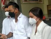 Jerinx SID bersama istri Nora Alexandra di Polda Metro Jaya - foto: Istimewa