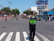 Petugas jaga di pos polisi lalu lintas Polres Wonogiri tepatnya di pertigaan Gerdu, melakukan hormat bendera saat melakukan aktifitas rutin di jalan raya saat detik-detik proklamasi - foto: Djoko Judiantoro/Koranjuri.com