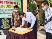 Kepala Dinas Pendidikan Kepemudaan dan Olahraga Kabupaten Purworejo, Sukmo Widi Harwanto, SH, MM, saat menandatangani prasasti peresmian jembatan penghubung,  dan rehab mushola di SMPN 4 Purworejo, Minggu (01/08/2021), disaksikan Kepala Sekolah Drs Eko Partono, M.MPd, dan Ketua PGRI Purworejo Irianto Gunawan, SPd. - foto: Sujono/Koranjuri.com