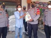 Kapolsek Denpasar Timur Kompol Tri Joko Widianto secara simbolis menyerahkan bantuan paket sembako tahap kedua, Sabtu, 7 Agustus 2021 - foto: Istimewa
