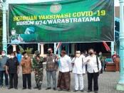 Keterangan gambar : Wakil walikota Solo Drs. Teguh Prakosa bersama para tokoh lintas agama saat program serbuan vaksinasi di masjid agung, Surakarta. /foto: koranjuri