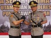 AKBP Fahrurozi (kanan), melakukan salam komando dengan AKBP Rizal Marito - foto: Sujono