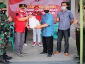 Kakanwil Kemenkumham Jateng,  A Yuspahruddin, secara simbolis menyerahkan bantuan kepada Lurah Sawah Besar, Jaka Suryanta, Jum'at (13/08/2021) - foto: Sujono/Koranjuri.com