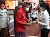 Gubernur Bali Wayan Koster menyerahkan remisi kepada narapidana di Bali pada HUT RI ke-76, Selasa, 17 Agustus 2021 - foto: Istimewa