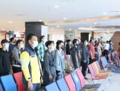 Penumpang maupun petugas di Terminal Keberangkatan Domestik mengambil sikap sempurna untuk mendengarkan pembacaan teks proklamasi, dan menyanyikan lagu kebangsaan Indonesia Raya tepat pukul 11:17 WITA - foto: Istimewa