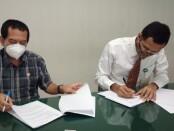 Dirut BPRS Fajar Sejahtera Bali Ida Bagus Hamdani dan Rektor ITB STIKOM Bali Dr. Dadang Hermawan seusai menandatangani kerja sama pembiayaan magang onlin di Singapura - foto: Istimewa