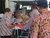 Proses evakuasi Mbah Suwarni ke rumah sakit - foto: Sujono/Koranjuri.com