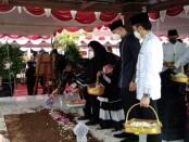 Keluarga besar SBY saat melakukan tabur bunga usai pemakaman Sunarti Sri Hadiyah binti Danu Sunarto, di komplek pemakaman keluarga di Ngupasan, Pangenjurutengah, Purworejo, Selasa (21/09/2021) - foto: Sujono/Koranjuri.com