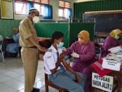 Kepala SMK YPP Purworejo, Mugi Widodo, S.Pd, saat memantau jalannya vaksinasi, Senin (27/09/2021) - foto: Sujono/Koranjuri.com