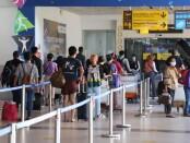 Penumpang di Bandara Ngurah Rai Bali wajib mengunduh aplikasi PeduliLindungi dan menerapkan protokol kesehatan dengan benar terutama penggunaan masker dan menjaga jarak kerumunan - foto: Istimewa