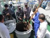 Pengecekan limbah minyak hitam yang diangkut oleh MT. Zodiac Star, sebuah kapal Tanker berbendera Panama di Pulau Tolop, Kepulauan Riau - foto: Istimewa