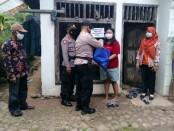 Penyaluran bansos bagi warga terdampak Covid-19 yang tengah melakukan isoman oleh jajaran Polsek Bener, dipimpin Kapolsek Iptu Setyo Rahardjo - foto: Sujono/Koranjuri.com