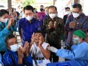 Gubernur Bali Wayan Koster bersama Bupati Klungkung Nyoman Suwirta memberikan semangat penyandang disabilitas mengikuti vaksinasi Covid-19 di Klungkung, Jumat, 3 September 2021 - foto: Istimewa