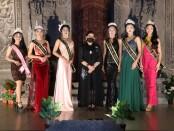 Putri Suastini Koster (tengah) berfoto bersama 10 Puteri Cilik dan Remaja Bali 2021 yang terpilih mewakili Provinsi Bali ke tingkat nasional - foto: Istimewa