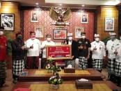 Kepala Kantor Perwakilan wilayah Bank Indonesia (KPwBI) Provinsi Bali Trisno Nugroho menyerahkan secara simbolis bantuan covid-19 kepada Kabupaten Tabanan yang diterima oleh Bupati Komang Gede Sanjaya, Kamis, 9 September 2021 - foto: Koranjuri.com